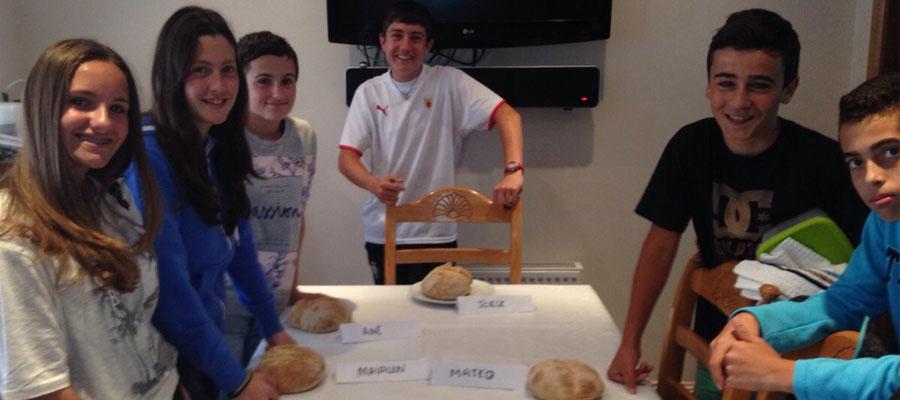 El grupo de Sofia E. , MAialen, Ane, Jorge, Mateo y Beñat haciendo el típico brown bread irlandés