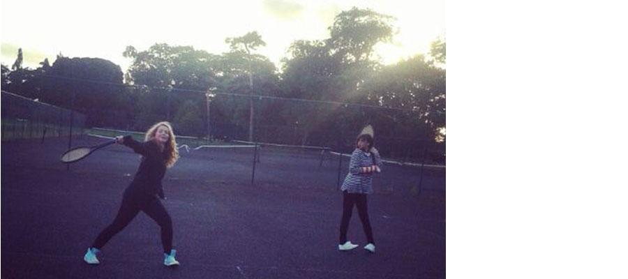 Stela and Ronja playing tennis en Gormanston